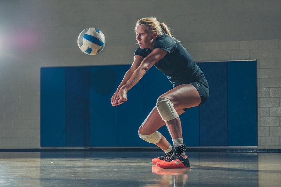 Knästöd Volleybollspelare med knästöd knäskydd